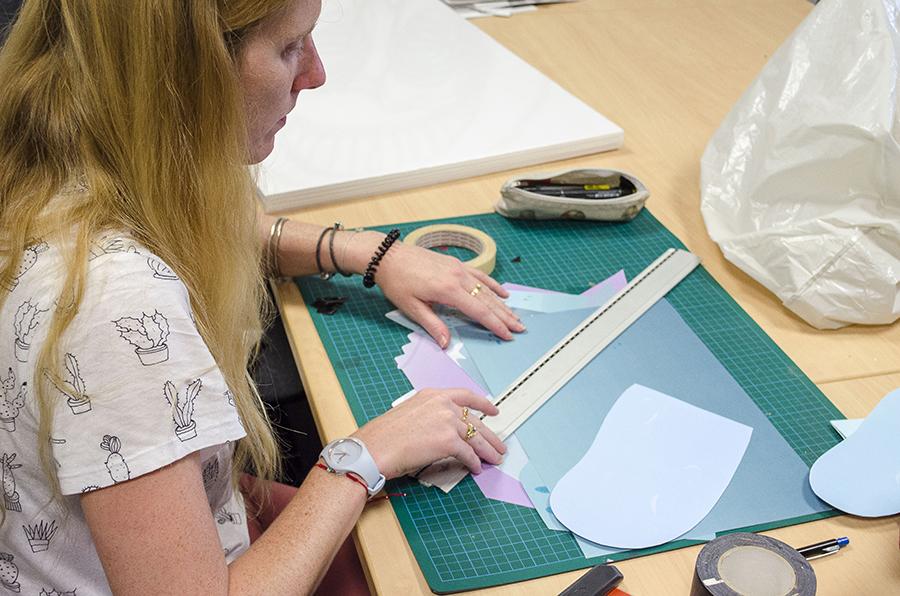 Sophie Tricoire au travail sur son paysage