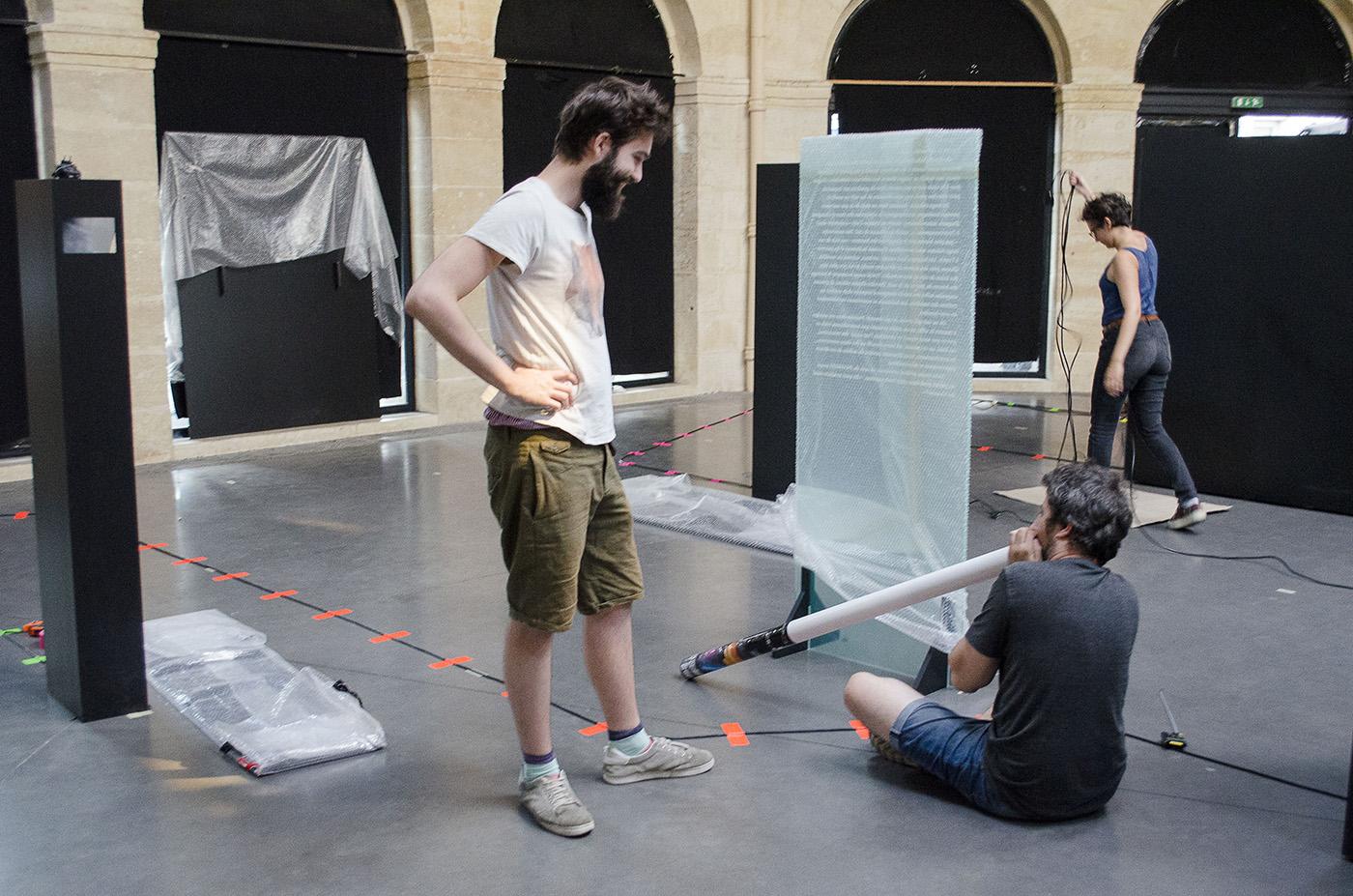 Guillaume tente le vuvuzela avec le carton d'emballage